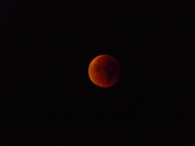 Eclipse en fase de totalidad con estrellas de fondo