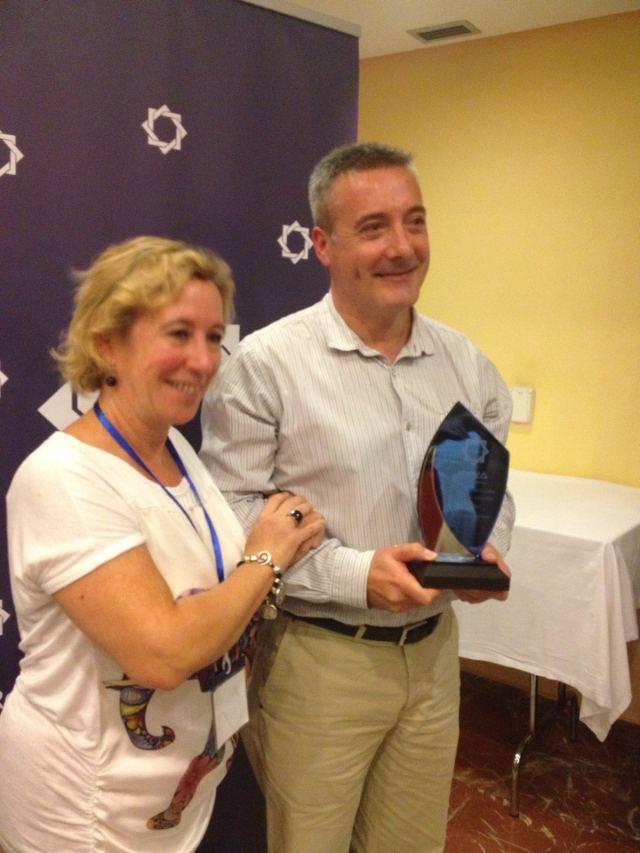 David Galadí junto a Blanca Troughton, presidenta de la Federación de Asociaciones Astronómicas de España, durante la entrega del I Premio Comellas de la RAdA.