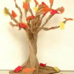 árvore com folhas caindo