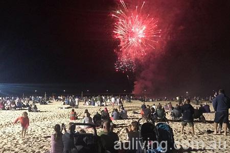 阿德雷德的沙滩上,人们观看烟火表演。