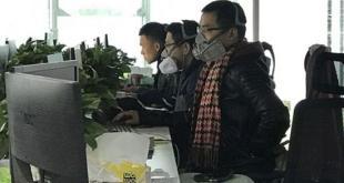 室內辦公區,有一部分員工戴著口罩或防毒面具辦公。(網路圖片)