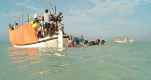 在紅海一架武裝直升機星期四夜間襲擊了一艘難民船,造成42名索馬利亞難民死亡。(網路配圖)