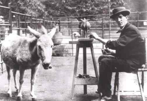 Rembrandt Bugatti, trabalhando no zoológico de Antuérpia. (notoriousluxury.com)