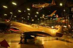 Curtiss P-40 com a clássica pintura dos Flying Tigers, esquadrão de Claire Chennault, que lutou na China