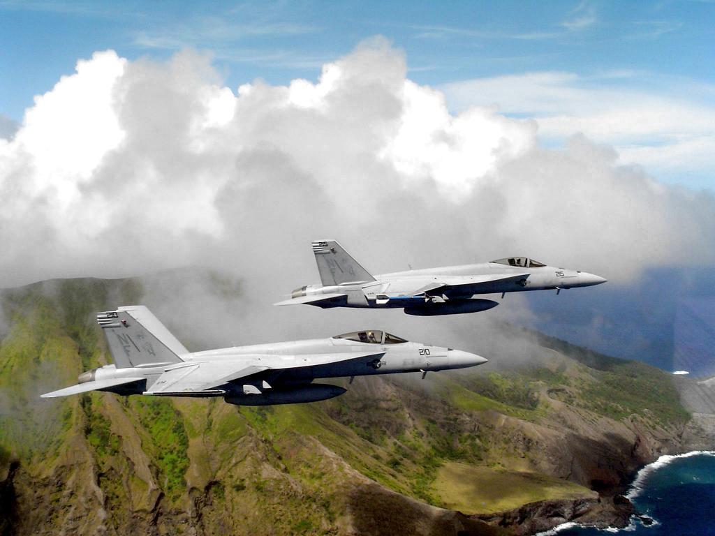 Dois F/A-18E Super Hornets em voo: Imagem: USAF.
