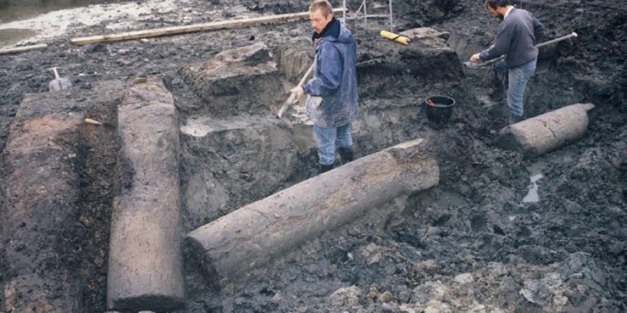 afb.3 Opgraving van de Romeinse mijlpalen in Wateringse Veld in 1997 (foto: Joanneke Hees).