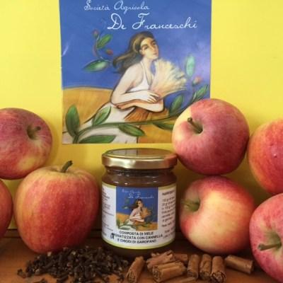 Composta di mele aromatizzata con cannella e chiodi di garofano