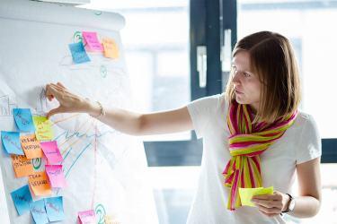 Scrum im Content-Marketing: Anna Maria Petermann erklärt in der Scrum Retrospektive, was sie im letzten Sprint bei Ihrer Arbeit geholfen, und was behindert hat.