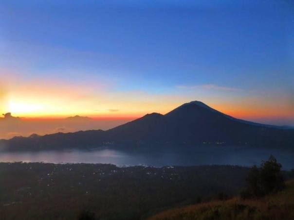 Sun starting to rise at Mount Batur (Indonesia, 2016).