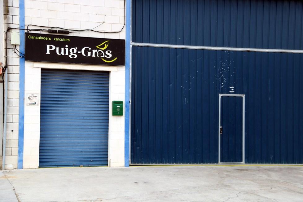 Imatge de la porta de l'obrador de l'empresa càrnia Puig-Gros al polígon de Torre-serona (Segrià) aquest diumenge 25 de juny del 2017 (horitzontal)