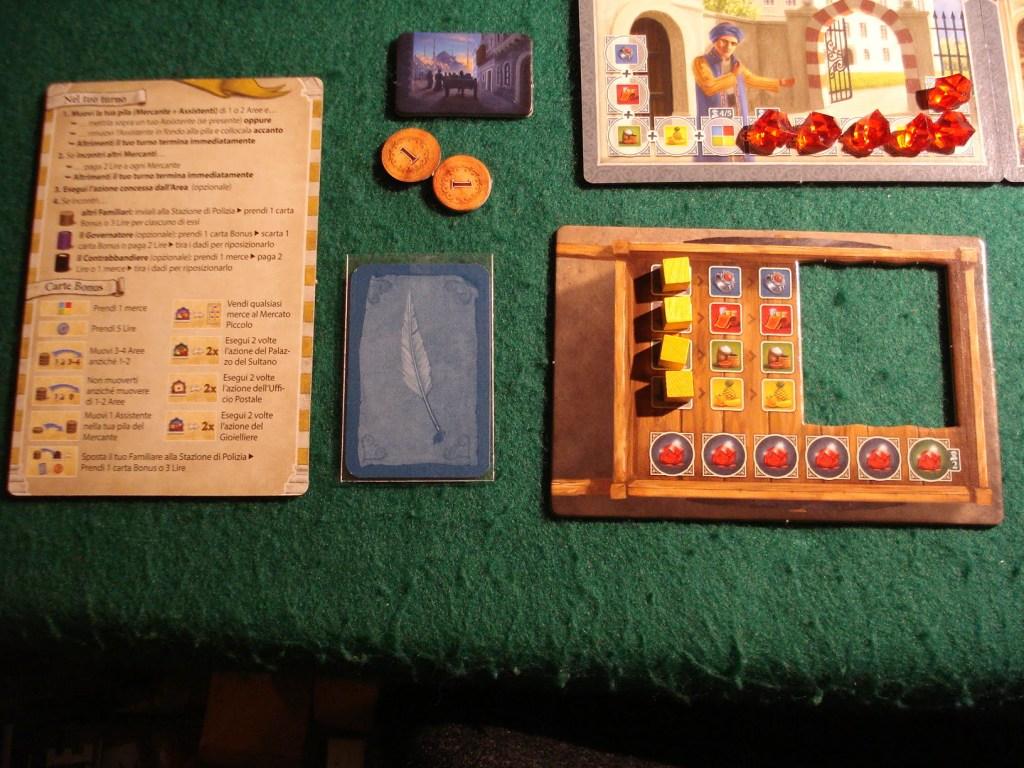 La dotazione del giocatore/mercante giallo: la tessera in alto al centro lo identifica come primo giocatore.