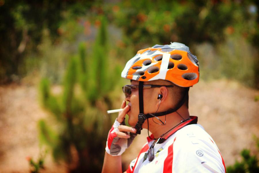 En Chine tous les hommes fument. Après la course : cigarettes.