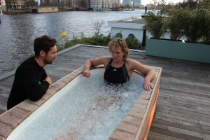 2016-02-07 Workshop Wim Hof Methode - Bart praat Bas toe