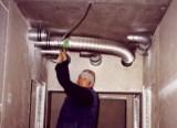Rohrleitung für eine Lüftungsanlage unter einer abgehängten Decke montiert