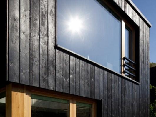 Seidenholz mit verkohlter Oberfläche an Fassade