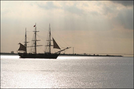 HMS Bounty approaching Paull. Humber Bridge in background. Image by Karen Constantine. Source BBC.