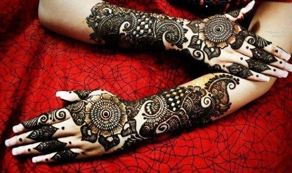 Mehendi on top of hands 3