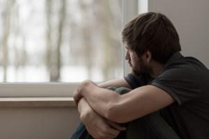 homem na janela shutterstock_272173868