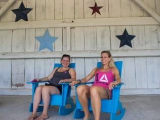 Molly et Sarah font une petite pause.