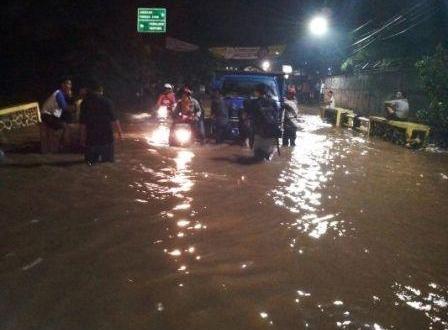 Ruas Jalan di Tangsel Yang Tergenang Air