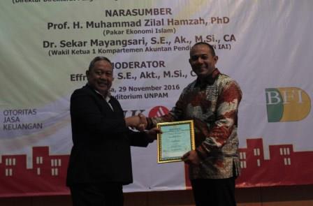 Rektor Universitas Pamulang, Dr. H. Dayat Hidayat Berikan Penghargaan kepada Direktur Direktorat Pengembangan Inklusi Keuangan Otoritas Jasa Keuangan (OJK), Eko Ariantoro
