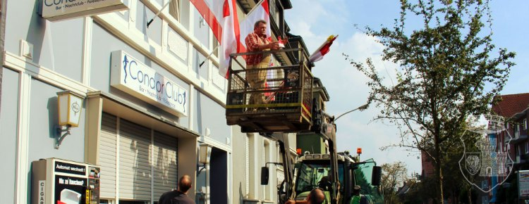 Unsere Fahnen-Aktion machte 2014 auch nicht vor bekannten Grevenbroicher Lokalitäten halt.