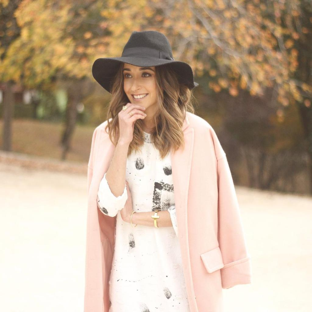 Hoy con vestido blanco con motitas negras y abrigo rosahellip
