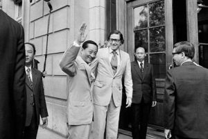 Holbrooke in 1977 with Vietnamese Foreign Minister Phan Hien