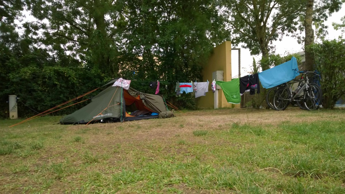 Photograph of a tent, washing and bicycles on a campsite in Lucon, France.