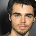 After Talking About His Body Dysmorphia Modern Family's Reid Ewing Casually Confirms He's Gay