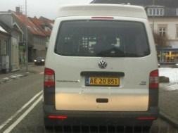 Fotovogn på gule plader. Der er dukket fotovogne på gule plader op på de danske vejer. Der er tale om VW Transporter i hvid, grå, blå og sort.