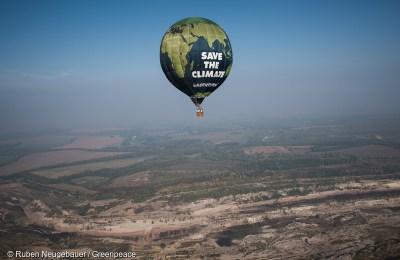 Greenpeace Hot Air Balloon Flies over Deuben Coal-Fired Power StationGreenpeace Heissluftballon fliegt ueber Tagebau Profen