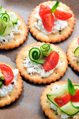 cracker with cottage cheese, courgette and tomato