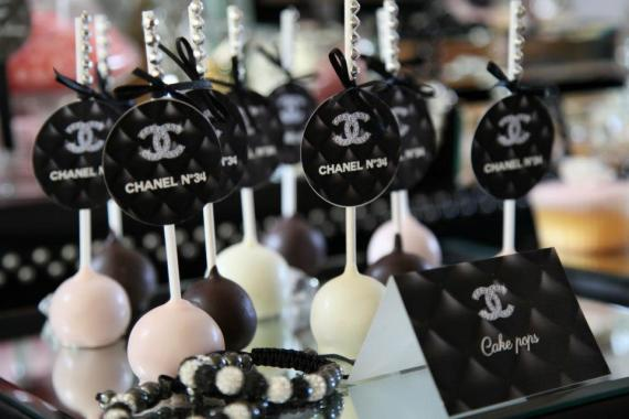 coco-chanel-inspired-birthday-party-treats-cakepops