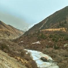 Eis und Schnee im Flusstal.