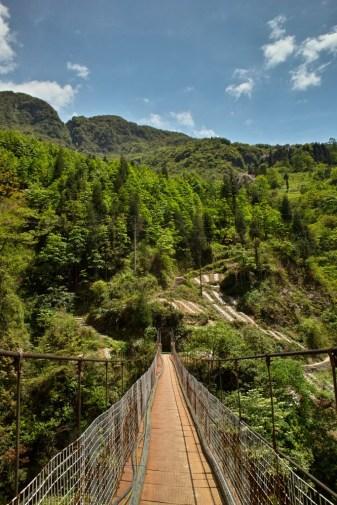 rostige Hängebrücke zur Plantage