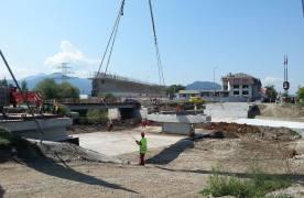 FOTO Se pun grinzile peste podul spre Tărlungeni. Acesta va fi deschis traficului la începutul lui octombrie