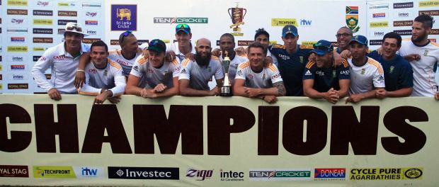 South Africa's cricket team members pose with the trophy after winning the test cricket series against Sri Lanka in Colombo July 28, 2014. South Africa drew the second test against Sri Lanka to win the two-match series 1-0 on Monday. REUTERS/Dinuka Liyanawatte