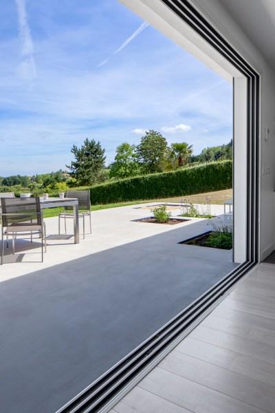 Grande baie vitrée ouverte sur le jardin