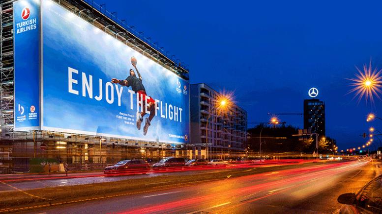 Blow up Poster an der East Side Gallery: Final Four Turnier 2016 der Turkish Airlines Euroleague