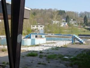 Ein trauriger Anblick: Das ehemalige Freibad Amecke heute. (Foto: oe)