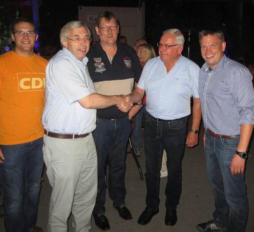 Für 50 Jahre Mitgliedschaft geehrt: Landtagsabgeordneter Klaus Kaiser gratuliert Günter Ischen (Foto: CDU)