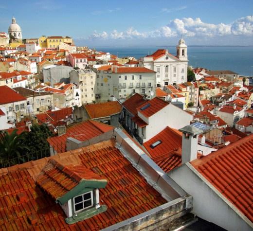 Ein Blick über die historische Altstadt Lissabons erwartet die TeilnehmerInnen einer VHS-Studienreise im März 2017.