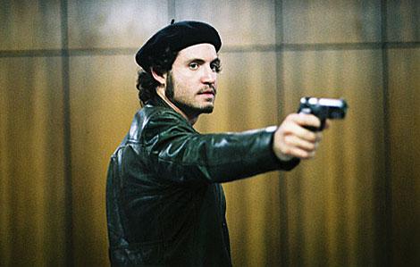 Edgar Ramírez, como Carlos