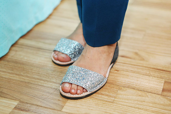 São modelos inspiradosnas sandálias de couro típicas da ilha de Menorca, na Espanha.
