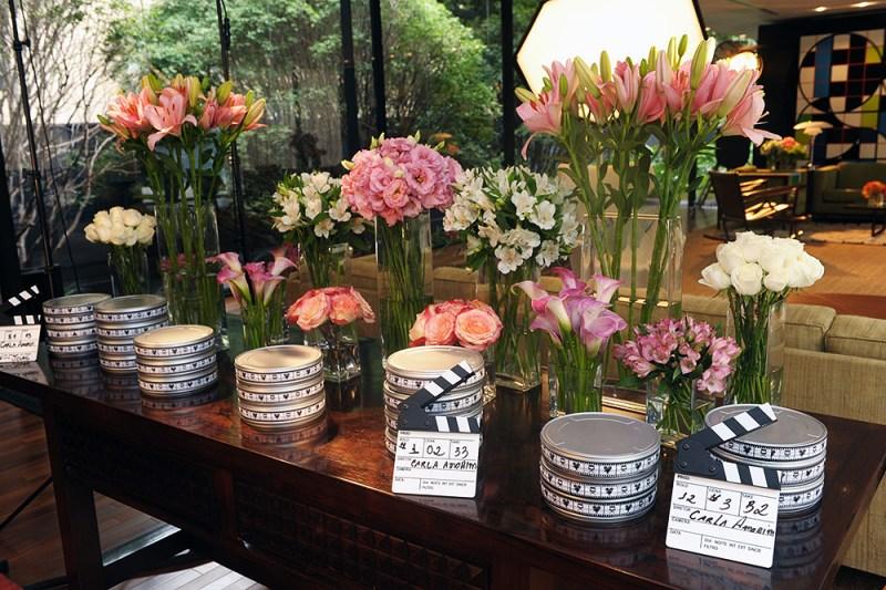 A decoração linda das mesas com rolos de filme e claquetes de cinema dando o tom da inspiração da coleção.