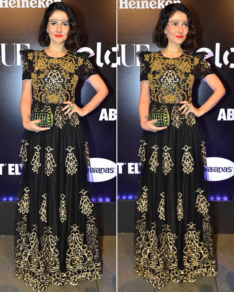 Eu escolhi um vestido preto Alfreda, com muitos detalhes ricos bordados em dourado, feito especialmente para mim. Um luxo! Amei!