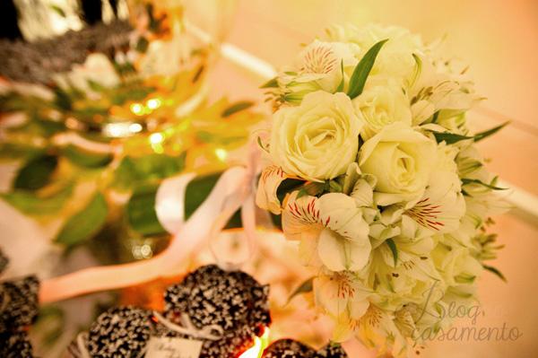 buquê de astromélia e rosas brancas