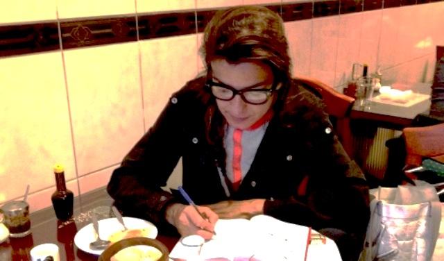 Alicia Framis en un chino, poniéndose en el lugar de Piniowski en 'Kassel no invita a la lógica' (foto de Li)