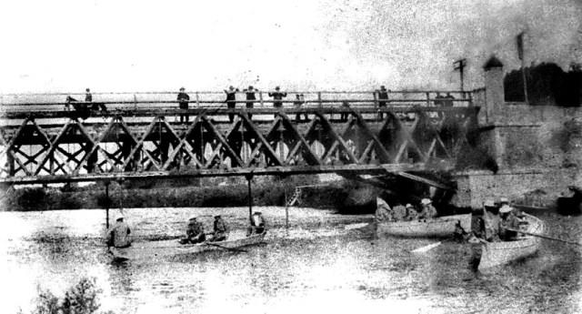 Una imagen del Puente Alsina sobre el Riachuelo a fines del siglo XIX, cuando era de madera. Allí se enfrentaron nacionales y bonaerenses.